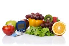 Glucometer per il livello del glucosio e l'alimento biologico sano immagine stock libera da diritti