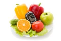 Glucometer pour le niveau de glucose et l'aliment biologique sain Photo libre de droits