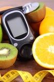 Glucometer pour vérifier le niveau de sucre, le stéthoscope, les fruits et le centimètre, les modes de vie de diabète et le conce photos stock