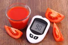 Glucometer, tomate et jus de tomates frais, diabète et nutrition saine Image libre de droits