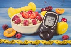 Glucometer, vers havermeel met vruchten, centimeter en domoren, concept het controleren van suikerniveau tijdens diabetes Stock Foto's