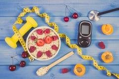 Glucometer, vers havermeel met vruchten, centimeter en domoren, concept het controleren van suikerniveau tijdens diabetes Royalty-vrije Stock Fotografie