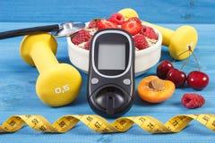 Glucometer, vers havermeel met vruchten, centimeter en domoren, concept het controleren van suikerniveau tijdens diabetes Royalty-vrije Stock Afbeeldingen