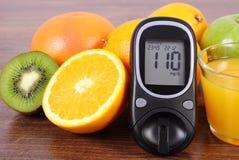 Glucometer, vers vruchten en sap, diabetes, gezonde levensstijlen en voeding royalty-vrije stock foto