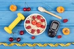 Glucometer voor het meten van suikerniveau, haver schilfert met vruchten, domoren en centimeter, concept af diabetes, vermagering Stock Foto's