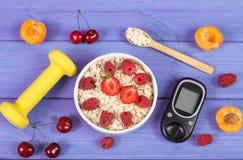 Glucometer voor het meten van suikerniveau, havermeel met vruchten en domoren, concept diabetes en gezonde levensstijl Stock Foto