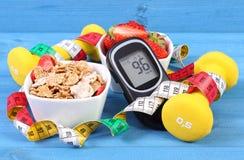 Glucometer z cukieru poziomem, zdrowym jedzeniem, dumbbells i stylem życia, centymetra, cukrzyc, zdrowego i sporty, Zdjęcia Royalty Free
