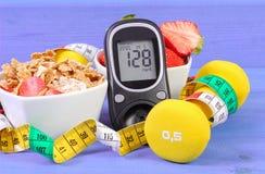 Glucometer z cukieru poziomem, zdrowym jedzeniem, dumbbells i stylem życia, centymetra, cukrzyc, zdrowego i sporty, Obrazy Royalty Free