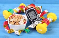 Glucometer z rezultata cukieru poziomem, zdrowym jedzeniem, dumbbells i stylu życia pojęciem, centymetra, cukrzyc, zdrowego i spo Zdjęcie Stock