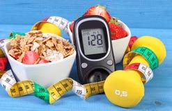 Glucometer z rezultata cukieru poziomem, zdrowym jedzeniem, dumbbells i stylu życia pojęciem, centymetra, zdrowego i sporty, Obrazy Stock