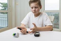 Glucosa de la medida del muchacho o suger de la sangre fotos de archivo libres de regalías
