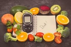 Glucosemeter om suikerniveau, blocnote en vruchten met groenten te controleren die vitaminen bevatten Diabetes, vermageringsdieet royalty-vrije stock foto