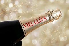 glueck viel (немец удачи) на бутылке шампанского Стоковое Изображение
