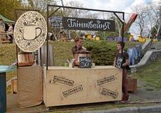 Gluhwein (vinho ferventado com especiarias) para a venda em uma tenda de rua no parque, K Foto de Stock Royalty Free
