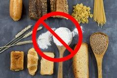 Gluten des Lebensmittels nicht geben, mit cerales Körnern mit Verbotsymbolen auf Grau frei stockfotografie