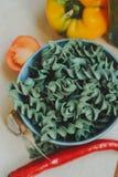 Gluten freie fusilli Teigwaren gemacht mit spirulina Lizenzfreies Stockfoto
