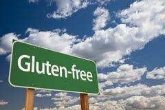 Gluten-fria gröna vägmärke och moln arkivbilder