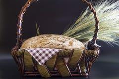Gluten-gratuit fait maison et sans pain d'artisan de levure dans un panier en osier Image libre de droits