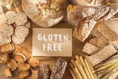Gluten uwalnia jedzenie Różnorodny makaron, chleb i przekąski na drewnianym tle od odgórnego widoku, obrazy stock