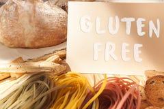 Gluten uwalnia jedzenie Różnorodny makaron, chleb i przekąski na drewnianym tle od odgórnego widoku, fotografia royalty free