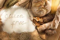 Gluten uwalnia jedzenie Różnorodny makaron, chleb i przekąski na drewnianym tle od odgórnego widoku, zdjęcie stock