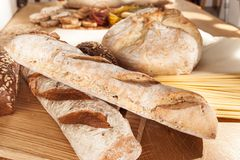 Gluten uwalnia jedzenie Różnorodny makaron, chleb i przekąski na drewnianym tle od odgórnego widoku, obraz stock