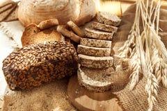 Gluten uwalnia jedzenie Różnorodny makaron, chleb i przekąski na drewnianym tle od odgórnego widoku, obraz royalty free