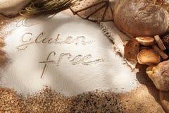 Gluten uwalnia jedzenie Różnorodny makaron, chleb i przekąski na drewnianym tle od odgórnego widoku, obrazy royalty free