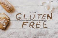 Gluten uwalnia pojęcie Drewniany stół z mąki i ciasta materiałem, zdjęcie royalty free