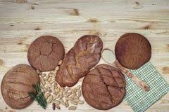 Gluten vrij brood op houten achtergrond van hoogste mening Gemengde eigengemaakte broden van amarantbloem Het gezonde Eten Royalty-vrije Stock Fotografie