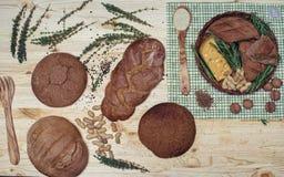 Gluten vrij brood op houten achtergrond van hoogste mening Gemengde eigengemaakte broden van amarantbloem Het gezonde Eten Royalty-vrije Stock Afbeeldingen
