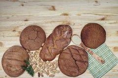 Gluten vrij brood op houten achtergrond van hoogste mening Gemengde eigengemaakte broden van amarantbloem Het gezonde Eten Stock Afbeelding