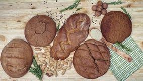 Gluten vrij brood op houten achtergrond van hoogste mening Gemengde eigengemaakte broden van amarantbloem Het gezonde Eten Stock Foto