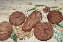 Gluten vrij brood op houten achtergrond van hoogste mening Gemengde eigengemaakte broden van amarantbloem Het gezonde Eten Royalty-vrije Stock Afbeelding
