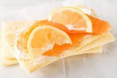 Gluten Vrij Knäckebrood, Zachte Roomkaas, Gerookte Zalm en Lem stock foto