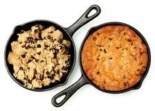 Gluten Vrije Chocolade Chip Skillet Cookie Before en daarna stock foto's