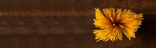 Gluten vrije deegwaren op donkere achtergrond Hoogste mening van ruwe spaghetti Stock Foto