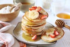 Glutenfrei: Pfannkuchen mit Reismilch und Reismehl Stockbild