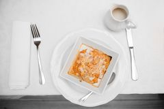 Glutenfreie ?pfel des strengen Vegetariers mit Mandeln unter einer Krume des Ofens, Vanilleso?e mit Kokosmilch stockfoto