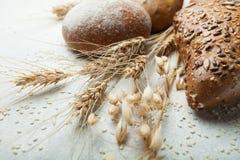 Glutenfreies Brot auf einem weißen Hintergrund, einer Spitze, einer Gerste, Hafern und einem Weizen stockbilder