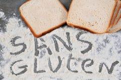 Glutenfreies Brotsandwich geschrieben auf französisch stockbild