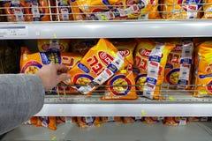 Glutenu Bamba bezpłatna przekąska w supermarkecie fotografia royalty free