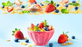 Glutenu bezpłatny śniadanie z jagodami, naturalnym jogurtem i kukurydzanymi płatkami, fotografia royalty free
