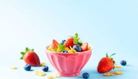 Glutenu bezpłatny śniadanie z jagodami, naturalnym jogurtem i kukurydzanymi płatkami, fotografia stock