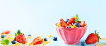 Glutenu bezpłatny śniadanie z jagodami, naturalnym jogurtem i kukurydzanymi płatkami, zdjęcia stock