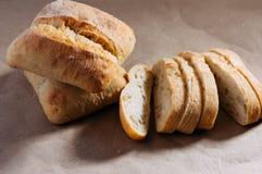 Glutenu bezpłatny domowej roboty chleb Bezpłatni kawałki pszeniczny chleb na rzemiośle tapetują obraz royalty free