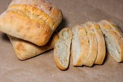 Glutenu bezpłatny domowej roboty chleb Bezpłatni kawałki pszeniczny chleb na rzemiośle tapetują zdjęcia stock
