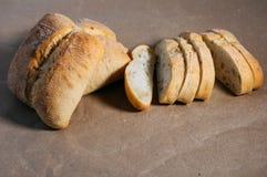 Glutenu bezpłatny domowej roboty chleb Bezpłatni kawałki pszeniczny chleb na rzemiośle tapetują fotografia royalty free