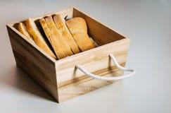 Glutenu bezpłatny domowej roboty chleb Bezpłatni kawałki pszeniczny chleb w drewnianym koszu fotografia royalty free