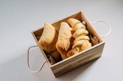Glutenu bezpłatny domowej roboty chleb Bezpłatni kawałki pszeniczny chleb w drewnianym koszu zdjęcie stock